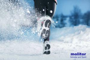 Laufen im Winter - Läuferin im Schnee