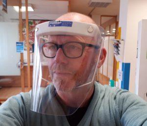 Dirk Molitor mit einer von uns gefertigten Visiermaske / Schutzmaske