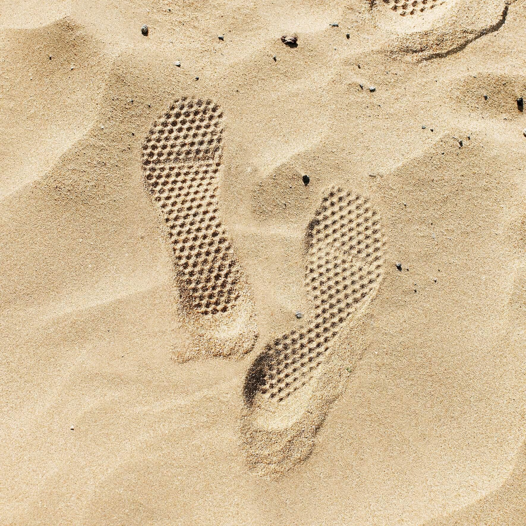 Abdruck von leguano Barfußschuhen zum Barfußlaufen im Sand